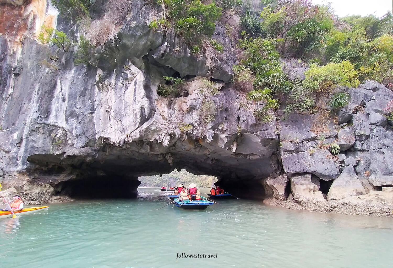 下龙湾坐船穿越岩洞